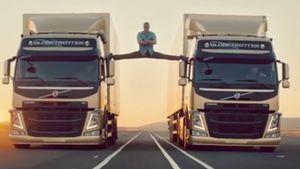 Jean-Claude van Damme turnt zwischen zwei Trucks