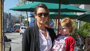 Loafer-Love: Jessica Albas eleganter Mama-Look