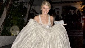 Regentanz! Julianne Hough barfuß nach Golden-Globe-Party