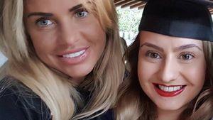 Katie und Sophie Price mit ihrer Mutter
