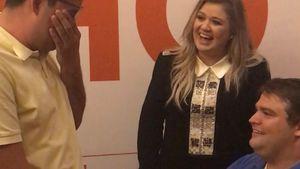 Kelly Clarkson mit zwei Fans