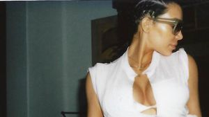 Kim Kardashian in einem weißen Bikini
