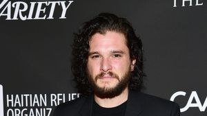 Wieder betrunken: GoT-Kit Harington stolpert durch Paris!