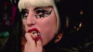 Bizarr: Lady GaGa isst Barbie-Köpfe!