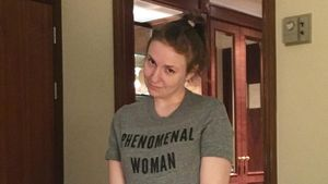 Ihr Neuer? Lena Dunham auf Tuchfühlung mit unbekanntem Mann