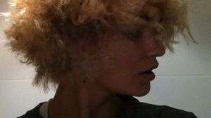 Steckdosen-Look: Luisa Hartema als blonder Pumuckl