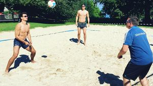 Mats Hummels spielt mit Manuel Neuer Volleyball während der EM 2016