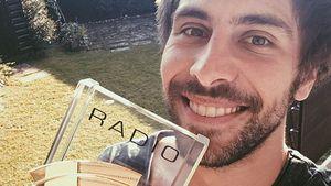 "Max Giesinger mit seinem Radio Regenbogen Award in der Kategorie ""Newcomer National"""