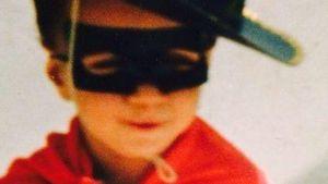 Süüüß! Welcher DSDS-Sieger grüßt hier als Zorro?