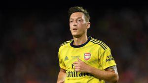 Mit Trage vom Platz getragen: Mesut Özil beim Spiel verletzt