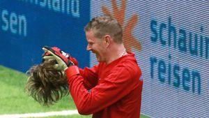 Mickie Krause zeigt sich wegen Lukas Podolski ohne Perücke!