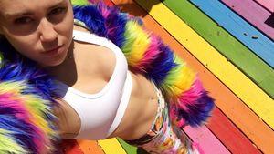 Miley Cyrus zeigt ihren flachen Bauch in einem bunten Outfit