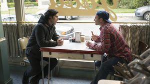 """Milo Ventimiglia und Scott Patterson in einer Diner-Szene bei """"Gilmore Girls"""""""