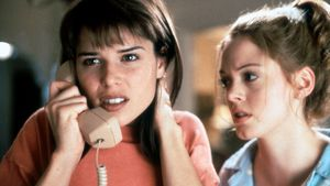 "Neve Campbell und Rose McGowan in ""Scream"" 1996"
