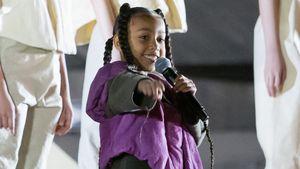 North West rappt für Papa Kanye bei der Paris Fashion Week