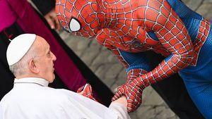 Schräg! Hier schüttelt Spider-Man Papst Franziskus die Hand
