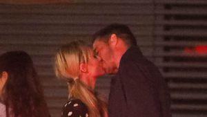 Total verliebt: Paris Hilton knutscht mit ihrem Freund herum