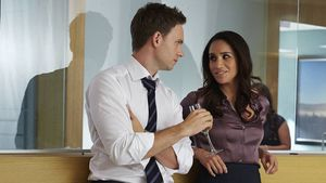 "Patrick J. Adams und Meghan Markle am Set von ""Suits"""