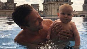 Voll in seinem Element: Emil-Ocean mit Papa beim Planschen