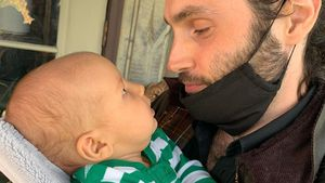 Süß: Hier knuddelt Neu-Papa Penn Badgley mit seinem Sohn