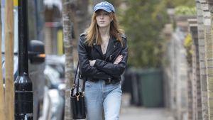"""So lässig kleidet sich """"Bridgerton""""-Star Phoebe privat!"""