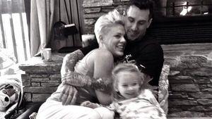 Pink & ihre süße Familie: Silvester vorm Kamin