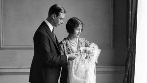 Queen Elizabeth II. als Baby bei ihrer Taufe