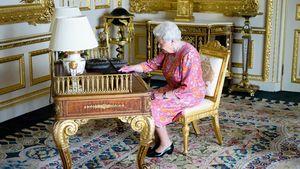 Queen Elizabeth II. am Schreibtisch auf Schloss Windsor