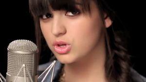 Neues Video: Rebecca Black singt für ihre Hater