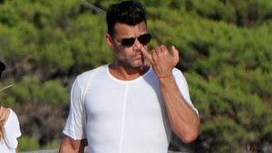 Ricky Martin borht am Strand von Ibiza in der Nase