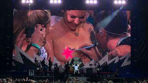 Schwerenöter? Robbie Williams signiert Busen von YouTuberin!