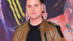 Rocco Stark in einer braunen Lederjacke