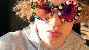 Wie Patenonkel Elton John: Romeo Beckham trägt bunte Brille