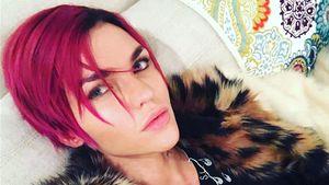 Ruby Rose mit magenta-pinken Haaren