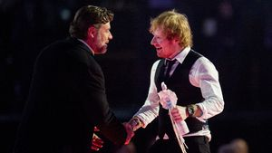Russell Crowe und Ed Sheeran bei den Brit Awards 2015