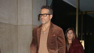 Hallo Siebziger! Schauspieler Ryan Reynolds im Cord-Anzug