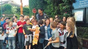 Sami Khedira mit Schulkindern vor dem Mannschaftshotel in Évian