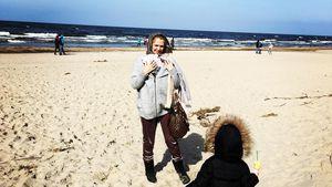 Sarah Kulka mit ihren Töchtern Matilda und Annabell an der polnischen Ostsee