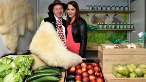 Schäfer Heinrich mit seiner Freundin Sabrina auf dem Wochenmarkt in Detmold