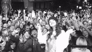 Selena Gomez zusammen mit ihren Fans