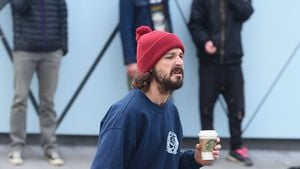 "Shia LaBeouf bei dem Kunstprojekt ""He Will Not Divide Us"""