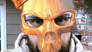 Sido mit goldener Snapchat-Maske