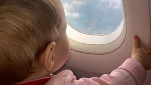 Sophia Cordalis schaut aus dem Flugzeugfenster