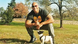"Dwayne ""The Rock"" Johnson mit seinem Hund"