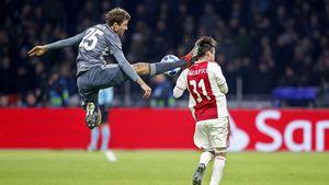 Nach Karate-Kick: Das Netz nimmt Thomas Müller auf den Arm!