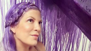 Hoppla! Fünffach-Mom Tori Spelling trägt Haare jetzt lila