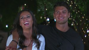 "Tyla Carr und Mike Thalassitis in ""Love Island"" 2017"