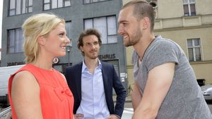 """Valentina Pahde, Eric Stehfest und Thaddäus Meilinger in einer Szene von """"Gute Zeiten, schlechte Zei"""