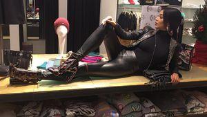 Starr in Leder: Verona Pooth als sexy Schaufensterpuppe