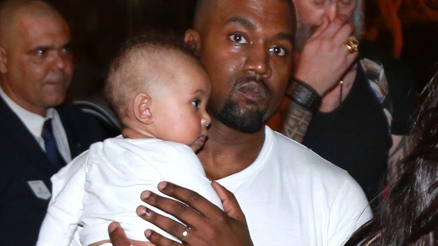 1. Paparazzi-Pic von Saint! Hier trägt Kanye seinen Kleinen